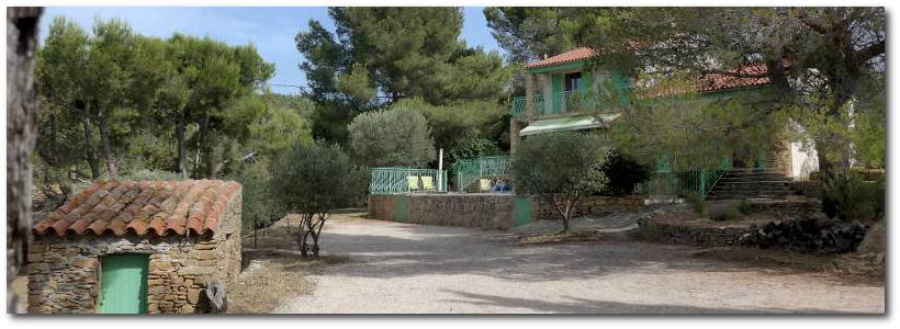 """Le parc de la villa """"Terre-Brûlée"""" c'est un cadre verdoyant, très calme à proximité de la mer"""