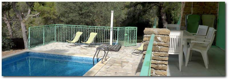 La piscine et les terrasses offrent une belle vue sur la Méditerranée
