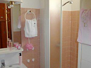 salle de bain du rez-de-chaussée. Les serviettes sont fournies