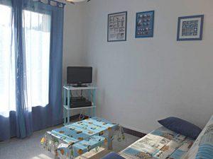 Le salon 'Azur' indépendant ou 5ème chambre permet d'admirer la baie de La Ciotat depuis le canapé