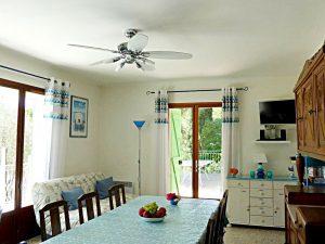 Pour le confort intérieur la maison dispose de 6 pièces dont quatre avec vue sur la mer