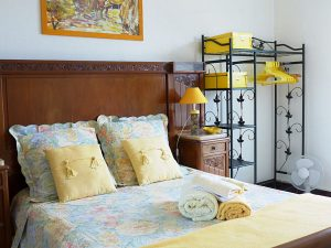 """chambre """"Mimosa"""" avec une jolie vue sur le port de La Ciotat"""
