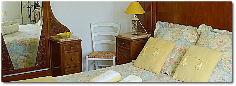 La chambre 'Mimosa' est spacieuse, lumineuse avec accès sur la terrasse sud