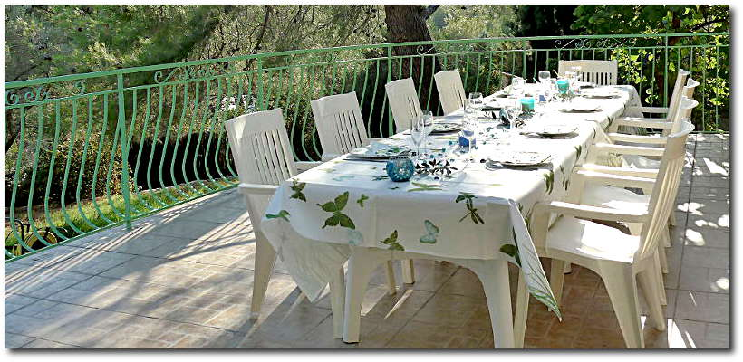 villa-terre-brulee-la-ciotat-terrasse-table-anniversaire